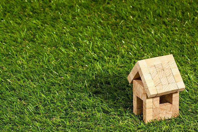 Holzhaus auf Rasen