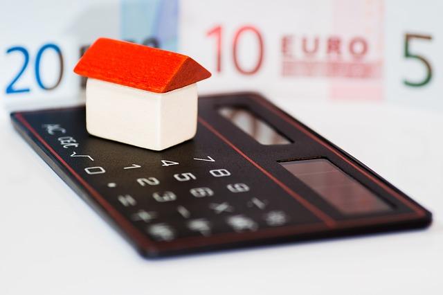 Haus mit Taschenrechner und Euro