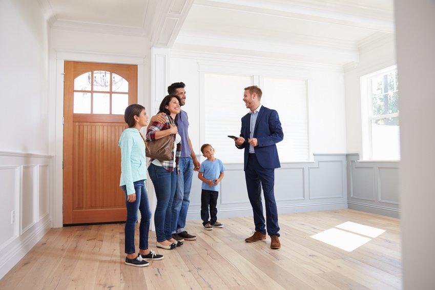 Wohnungsbegehung Familie und Immobilienmakler in München