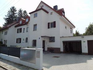 Drei Parteienhaus in Obermenzing als Vorderansicht