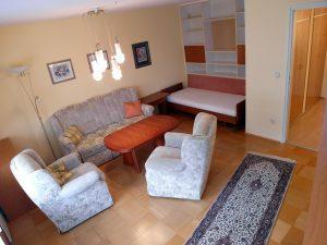 Möbliertes Wohnzimmer mit Couch