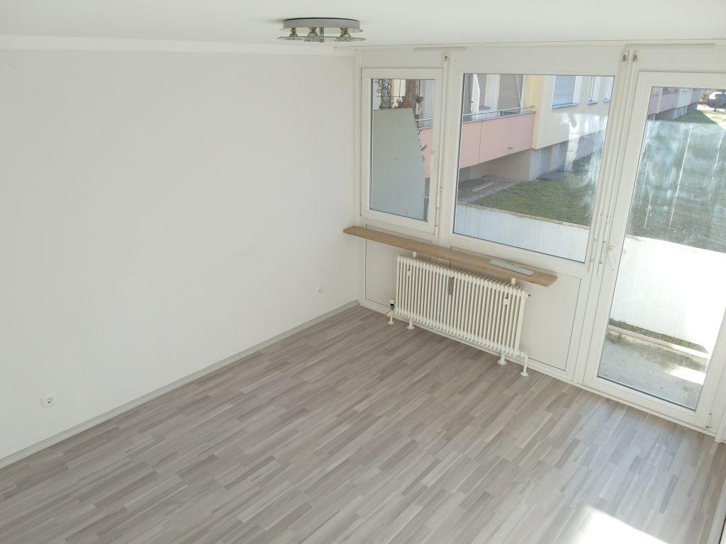 Zimmer mit Fenster und Balkon